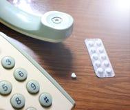 Téléphone et comprimés sur la table Photo libre de droits