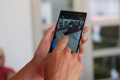 Téléphone et doigt de main Image stock