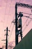 Téléphone et lignes électriques avec le beau ciel rose image stock
