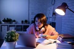Téléphone et ordinateur portable d'utilisation d'étudiant photographie stock