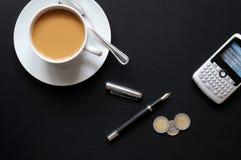 Téléphone et papier de crayon lecteur de café Image stock
