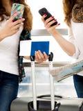 Téléphone femelle de participation de main de plan rapproché, passeport, une carte et bagage touristes Photos stock