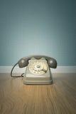 Téléphone gris de vintage sur le plancher Photographie stock libre de droits
