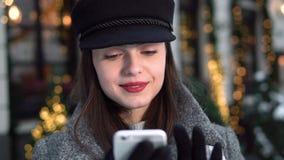 Téléphone heureux d'utilisations de fille dans la rue banque de vidéos