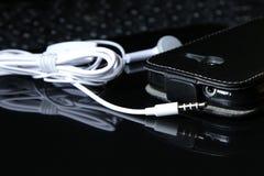 Téléphone intelligent avec des écouteurs Image libre de droits