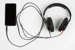 Téléphone intelligent avec des écouteurs Images stock