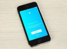 Téléphone intelligent avec la page Web de login de Twitter sur son écran Images stock