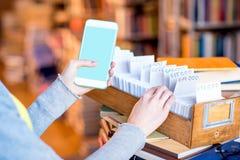 Téléphone intelligent avec le catalogue de carte Photos libres de droits