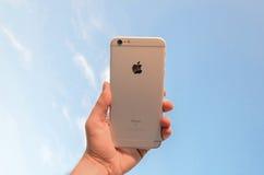 Téléphone intelligent avec le ciel bleu Photographie stock