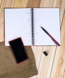 Téléphone intelligent, carnet sur le bureau Photo stock