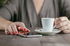 Téléphone intelligent chez des mains de la femme image stock