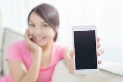 Téléphone intelligent d'exposition de femme Photos libres de droits