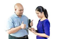 Téléphone intelligent d'exposition de femme d'affaires de l'Asie et parler avec l'ami ou le collègue, d'isolement sur le fond bla Photo libre de droits