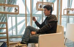 Téléphone intelligent d'utilisation d'homme dans le salon d'aéroport Images stock