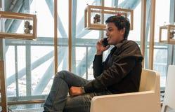 Téléphone intelligent d'utilisation d'homme dans le salon d'aéroport Image stock