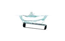 Téléphone intelligent dans l'eau et éclaboussure sur le fond blanc Photo stock