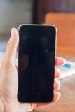 Téléphone intelligent dans la main d'une femme Images libres de droits