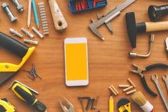 Téléphone intelligent de bricoleur avec l'écran vide images stock