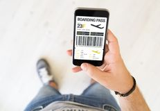téléphone intelligent de carte d'embarquement masculine de main photos stock
