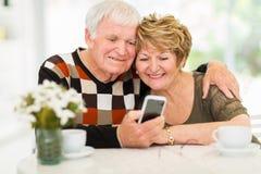 Téléphone intelligent de couples pluss âgé image libre de droits