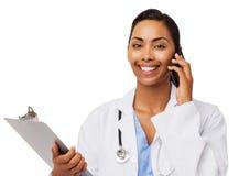 Téléphone intelligent de docteur With Clipboard Answering Photographie stock libre de droits