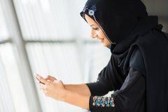 Téléphone intelligent de femme du Moyen-Orient Image stock