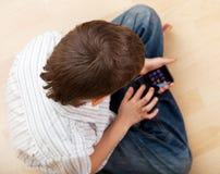 Téléphone intelligent de jeu de garçon Images libres de droits