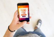 téléphone intelligent de main de cadeau de code masculin de promo image libre de droits