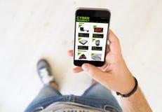 téléphone intelligent de main de cyber de boutique masculine de lundi images libres de droits