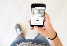 téléphone intelligent de main de site Web masculin d'hôtel image stock