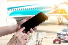 Téléphone intelligent femelle d'écran tactile de prise et de main, comprimé, téléphone portable i Photographie stock libre de droits