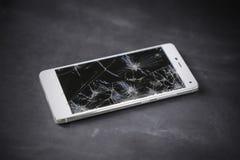 Téléphone intelligent moderne avec l'écran cassé Photo stock