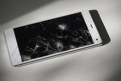 Téléphone intelligent moderne avec l'écran cassé Photos stock