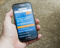 Téléphone intelligent montrant des soins de santé gouvernement Photos stock