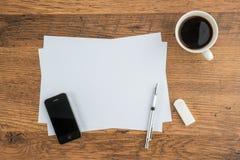 Téléphone intelligent, papier, gomme et crayon mécanique avec du café Images stock