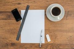 Téléphone intelligent, papier, gomme et crayon mécanique avec du café Photographie stock