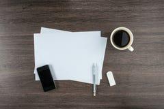 Téléphone intelligent, papier, gomme et crayon mécanique avec du café Images libres de droits