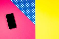 Téléphone intelligent se trouvant sur le fond coloré, vue supérieure Photographie stock
