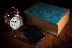 Téléphone intelligent, stationnaire avec le réveil Photo stock
