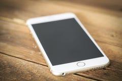 Téléphone intelligent sur la table en bois images stock