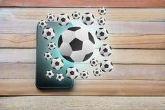 Téléphone intelligent sur le fond en bois de conseil utilisant le papier peint pour l'educati photos libres de droits