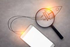 Téléphone intelligent sur le fond en cuir gris avec l'espace et le rocke de copie Image stock