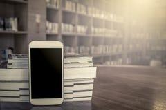 Téléphone intelligent, téléphone portable avec la pile du livre Photos stock