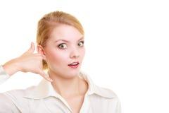 téléphone La fabrication étonnée de femme d'affaires m'appellent geste Photos stock