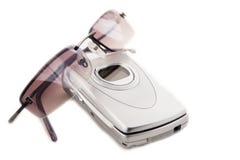 Téléphone mobile et lunettes de soleil photo libre de droits