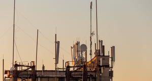 Téléphone mobile, transmission mobile et antennes de tour de télécommunication Photographie stock libre de droits