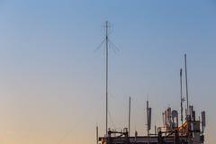 Téléphone mobile, transmission mobile et antennes de tour de télécommunication Images stock