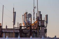 Téléphone mobile, transmission mobile et antennes de tour de télécommunication Photographie stock
