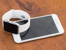 Téléphone moderne et une montre Images libres de droits