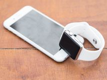 Téléphone moderne et une montre Photographie stock libre de droits